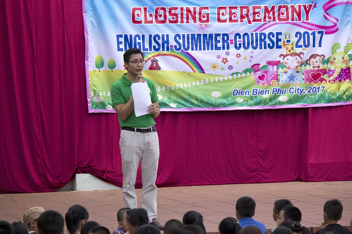 Thầy Phạm Thiên Vương dẫn chương trình đang ổn định tổ chức và hướng dẫn các em học viên nhí