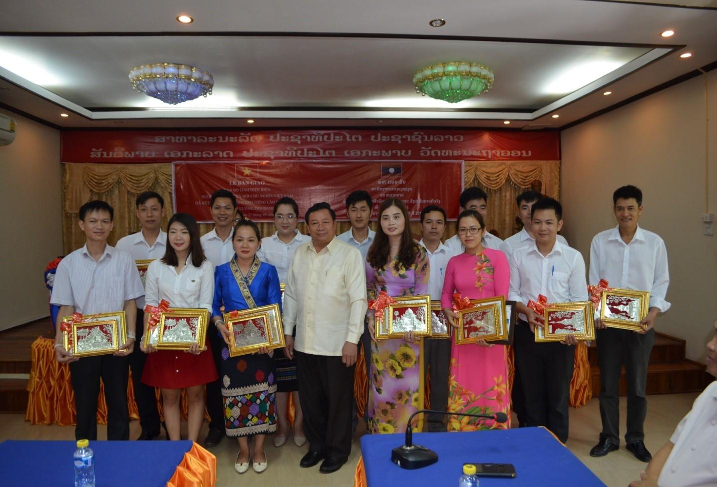 Giám đốc Sở Giáo dục và Thể thao tỉnh Luông Pha Bang tặng Giấy khen