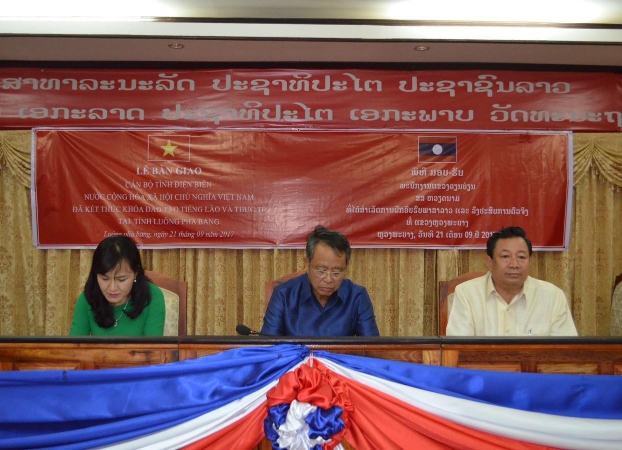 Phó Tỉnh trưởng tỉnh Luông Pha Bang chủ trì buổi lễ bàn giao